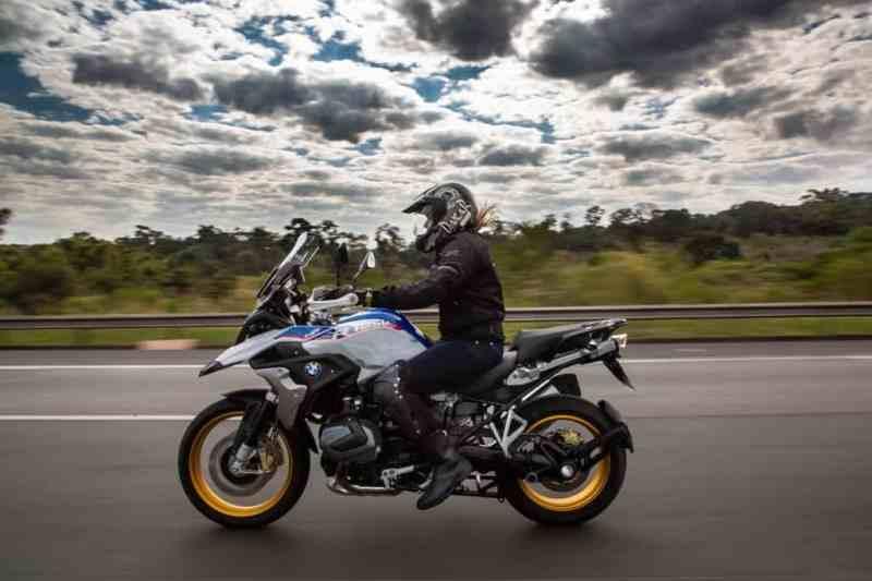mulher motociclista - bmw r 1250 gs