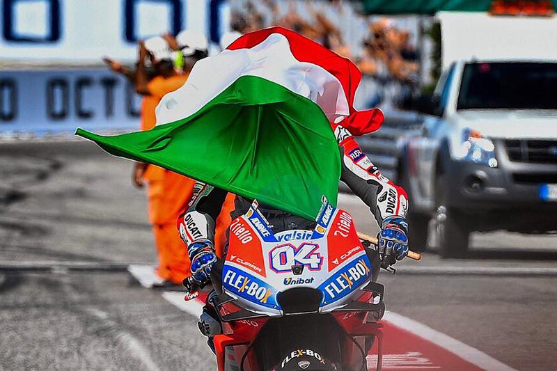 motogp - dovizioso com bandeira da italia em misano