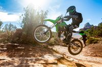 2021 Kawasaki KLX300 pulando nas trilhas off-road.