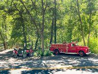 Aproveitar o almoço no pára-choques de um caminhão de bombeiros vintage depois de nadar no riacho foi uma maneira adequada de reabastecer e se refrescar.