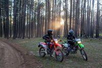 """""""Ambas as bicicletas são divertidas de andar e fazem facilmente o que se destinam. O KLX300 pode ser mais divertido por causa de sua melhor suspensão e chassi de sensação menor. Outras vezes, recebi a quantidade de conforto que o CRF300L oferece, especialmente nas rochas, escalando colinas e apenas cruzando pela estrada. Considerando que a Honda tem mais potência, corre mais suave, muda significativamente melhor e é igual ao Kawasaki em cerca de 50% das condições de pilotagem, começo a me inclinar para ele."""" —Allan Brown"""